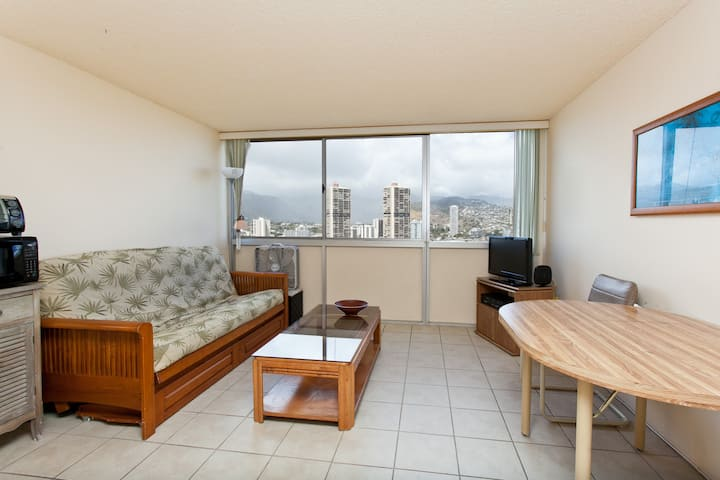 Secured 1bd 1ba 1 Parking Minutes to Waikiki Beach