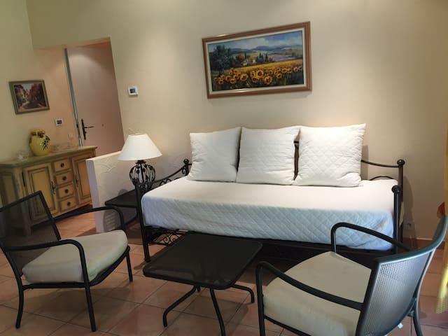 coin salon avec un canapé-lit convertible en lit 160X200 grand confort avec un vrai matelas