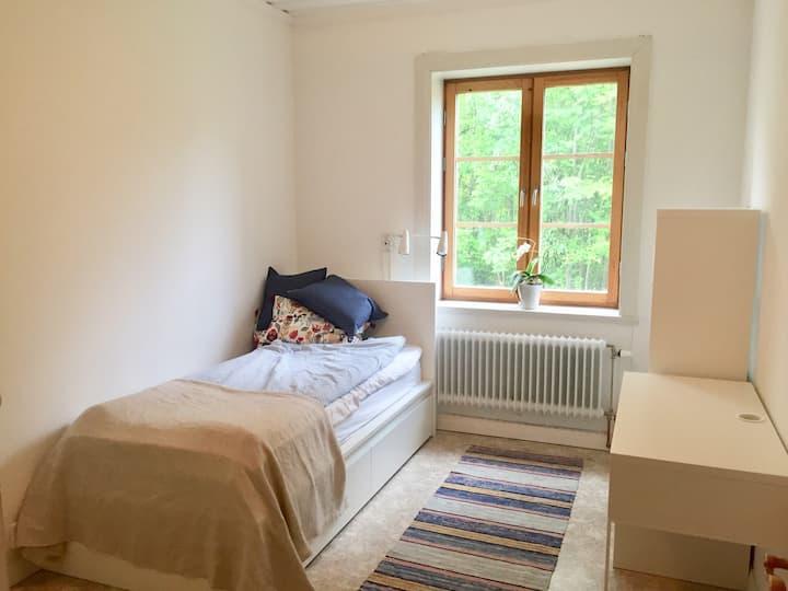 Rum i Västerbottensgård nära flyget och centrum