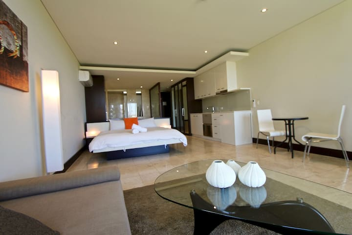 COUPLES LUXURY ESCAPE - IN ROOM SPA -WALK TO BEACH - Casuarina - Huoneisto