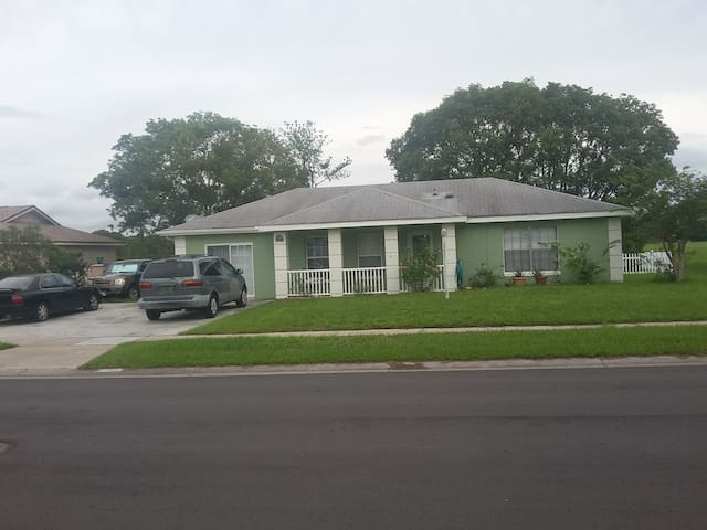 Room in central orlando close to the airport/parks