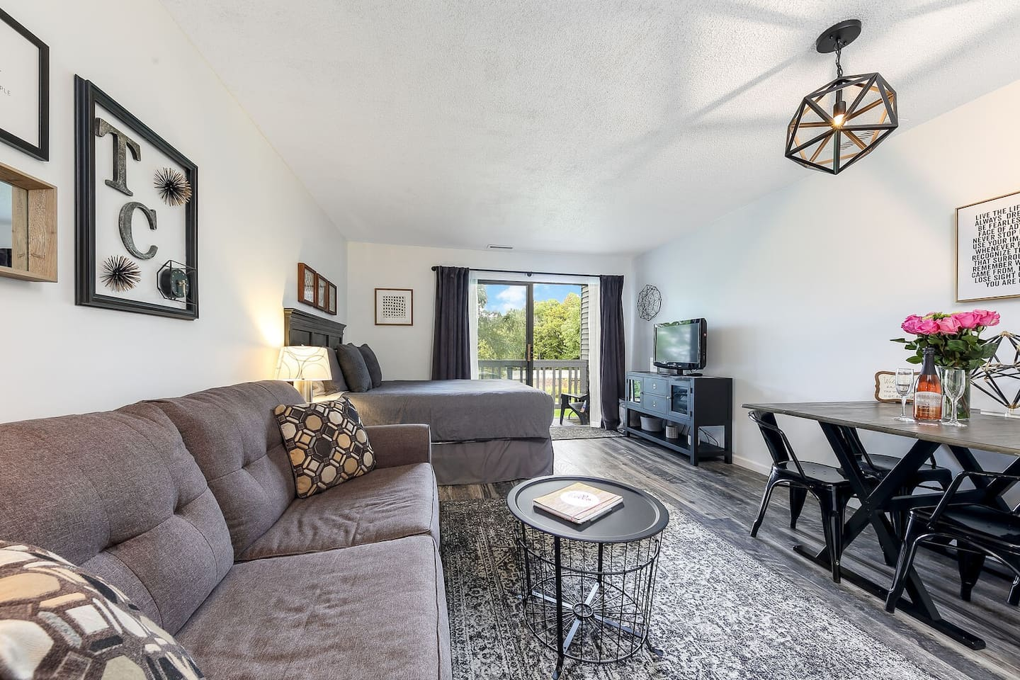This beautifully furnished studio has everything you'll need to enjoy comfort and style!
