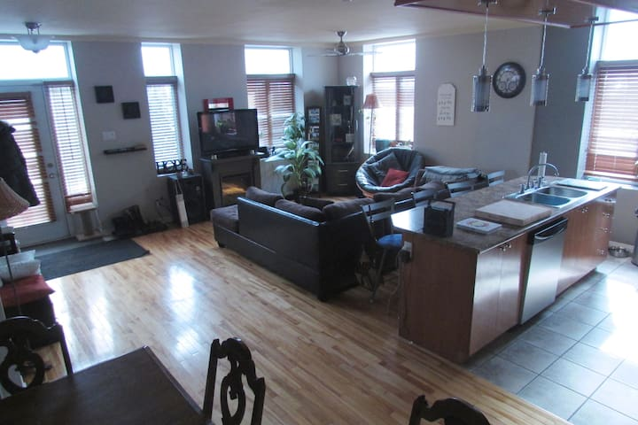Ideally Located Big, Bright, Charming Condo - Montréal - Appartement en résidence