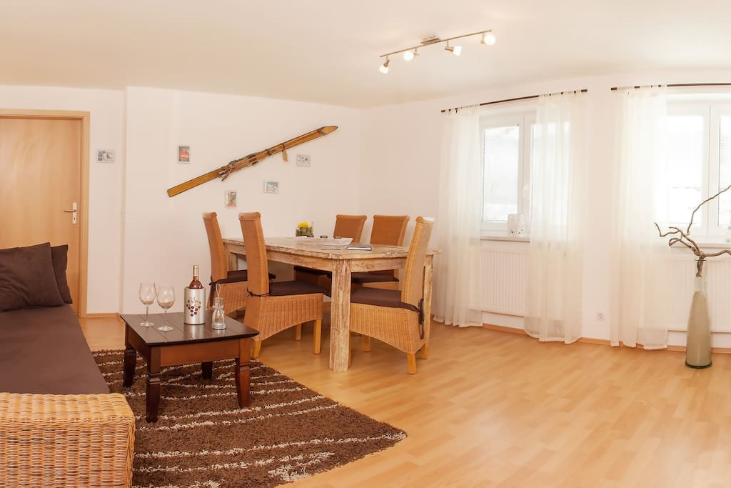 Wohnzimmer mit 3 D Flat-TV-CD-DVD Player,Esstisch mit 5 Stühlen und Bettfedercouch.