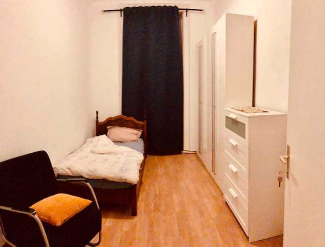"Nice ""single bed"" room in city center."