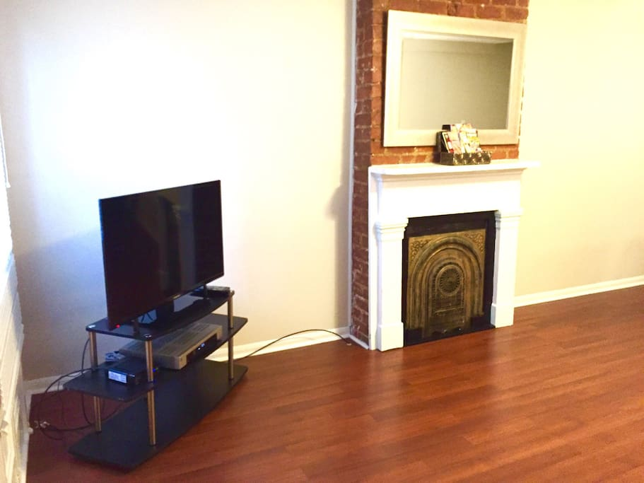 Living Room  with Wi-Fi and cable.