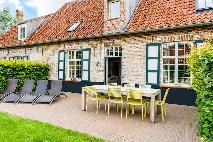 Farm on authentic historic farm complex in the middle of the polder landscape near Damme