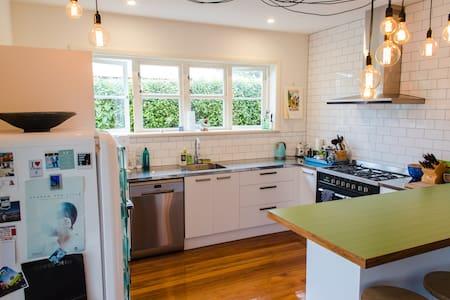 Renovated kiwi home & modern studio - Dunedin - Casa