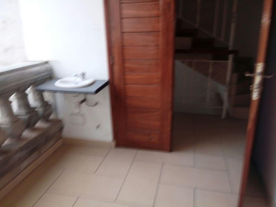 lavabo à l'entrée pour se laver les mains au retour de la ville