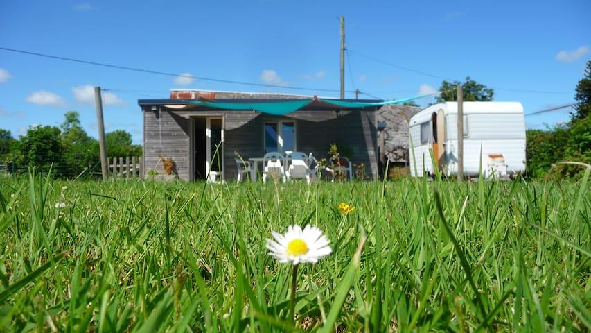 Charmante petite maison bois et caravane au calme