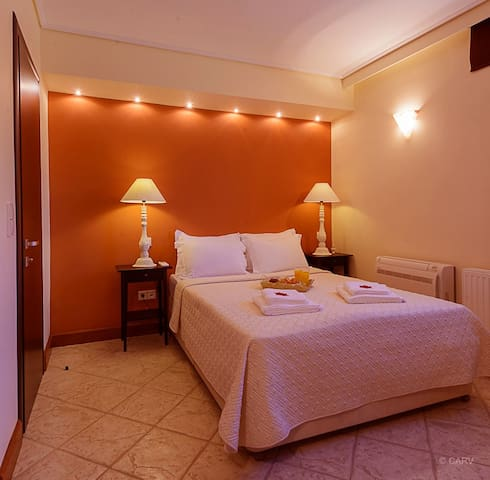 LEVEL -1, ARIA- ensuite bedroom sleeps 2 guests in a double bed