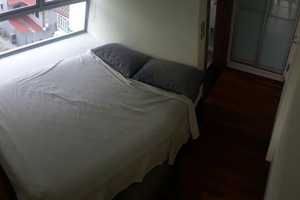 Cosy bedroom with queen bed