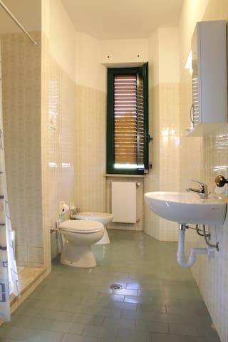 camera tripla con bagno privato - Piacenza - Byt