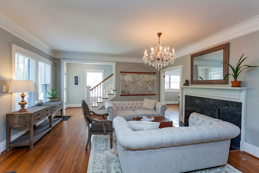Living Room - quick walk to 5 points, 5 mins uber to downtown!
