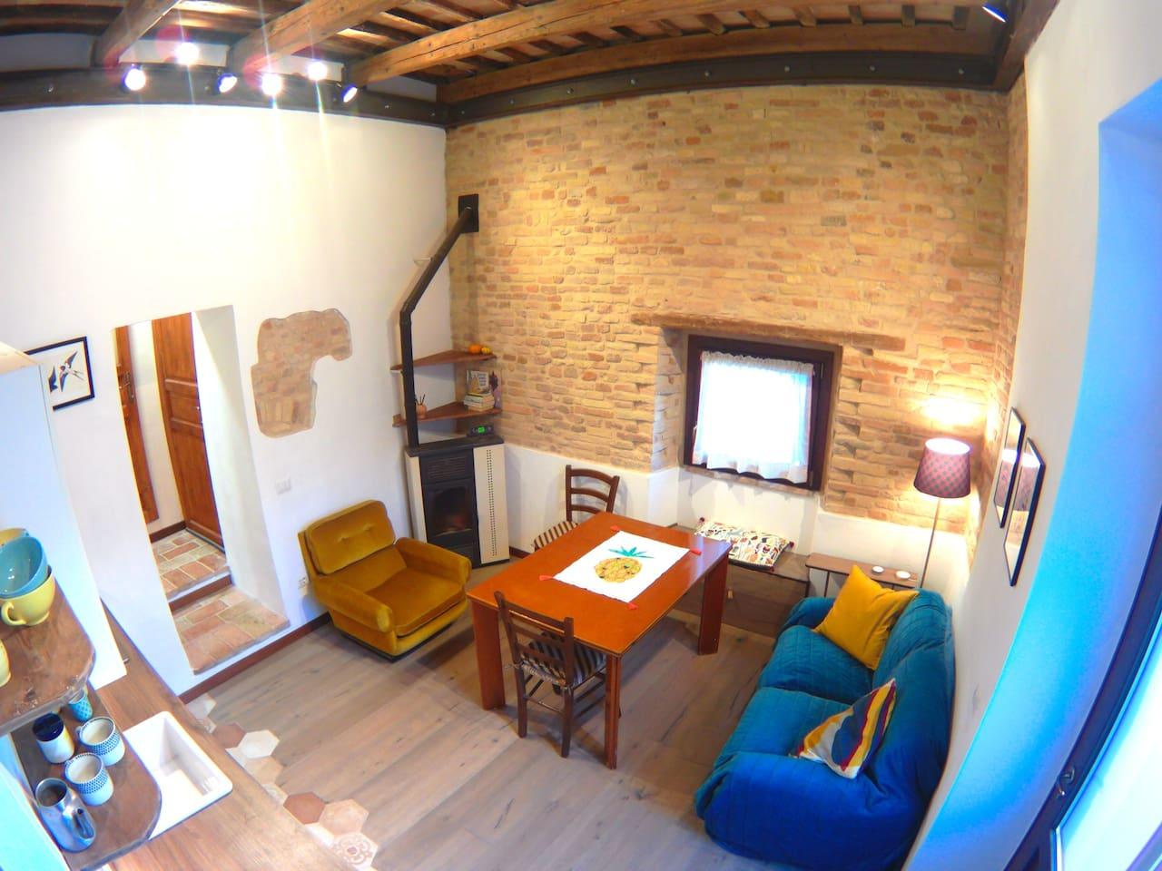 La sala con parete a mattone faccia vista