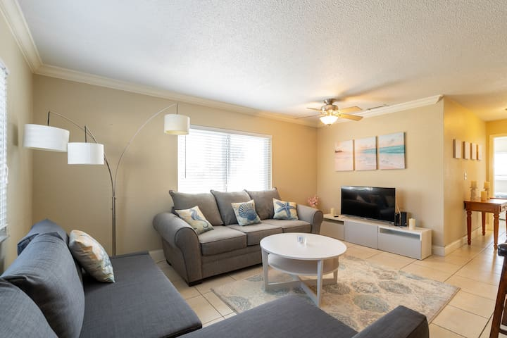 Beautiful, updated 2bd 2ba condo minutes to beach