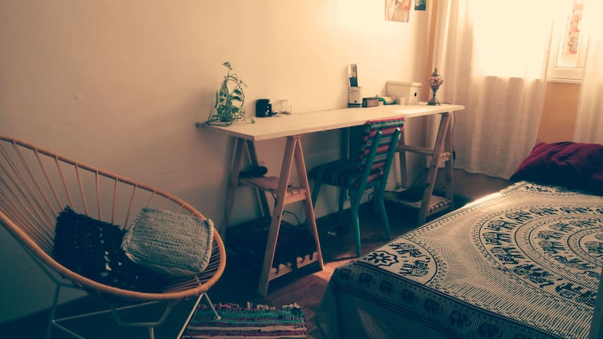 Confortable habitación en fantástico departamento
