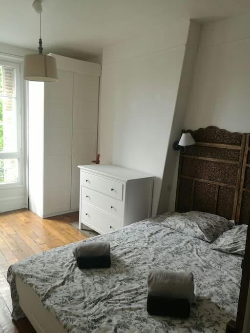 chambre à coucher spacieuse avec rangements