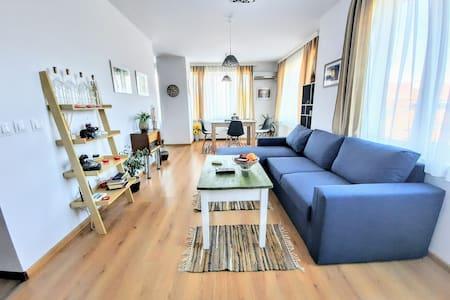 Unbeatable Location: New & Comfy Apartment