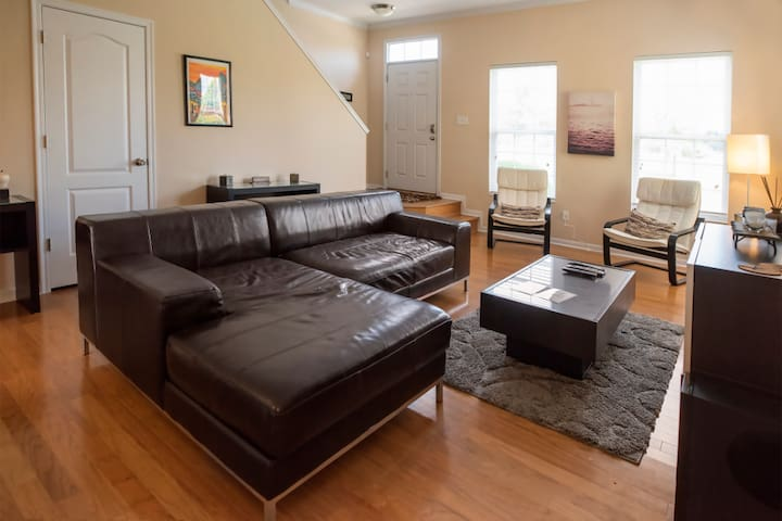 Downtown Condo  Close to Everything + Free Parking