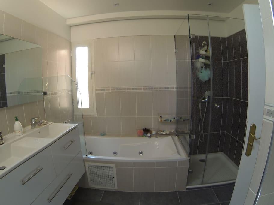 salle de bain avec douche et jacuzzi