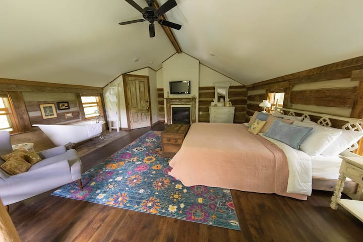 Chestnut Cabin- Couples Retreat, Hot Tub, Private