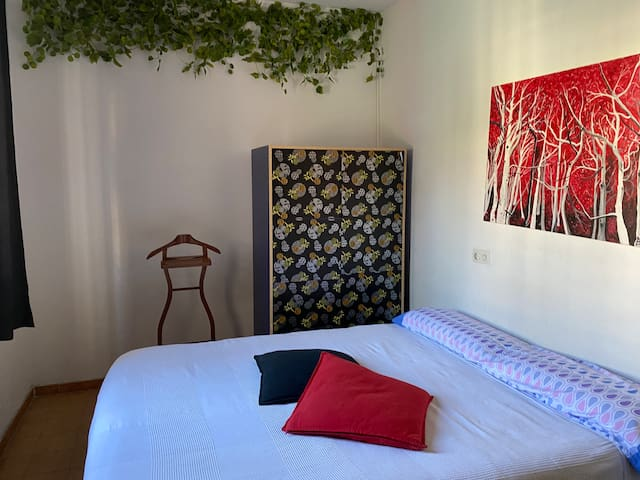 COZY ROOM IN VEGGIE FLAT NEAR SAN ANTONI MARKET