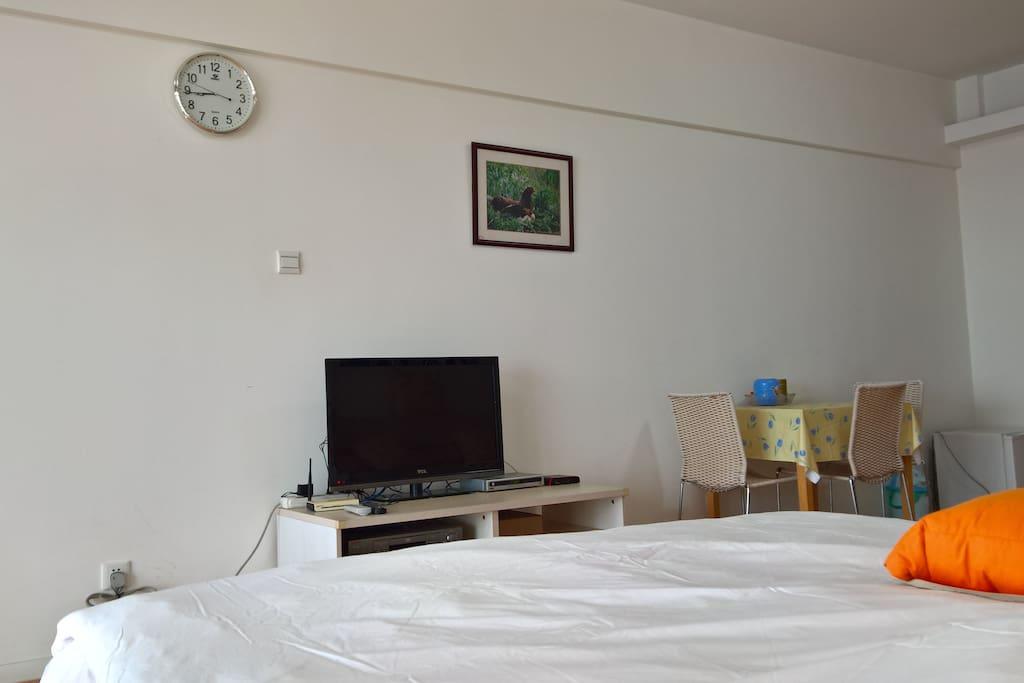 房间内景,数字电视与WIFI.