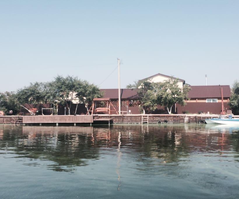 Вид дома с реки