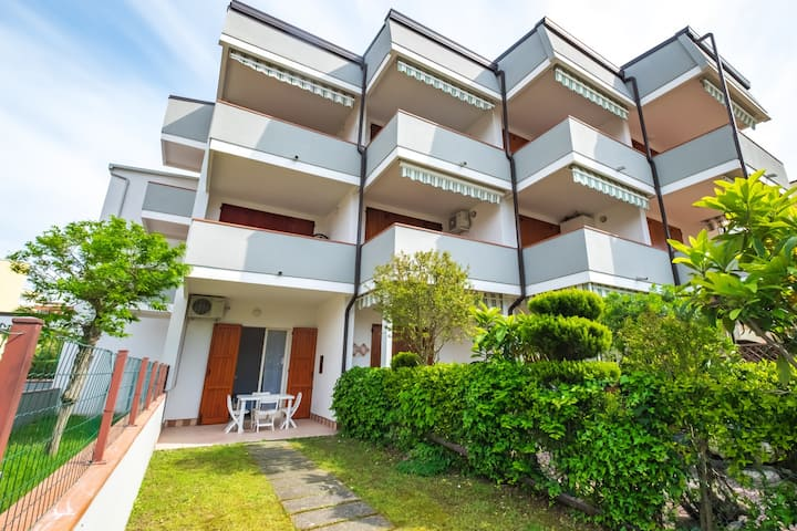 Apt. with private garden, 4 beds and air condit.