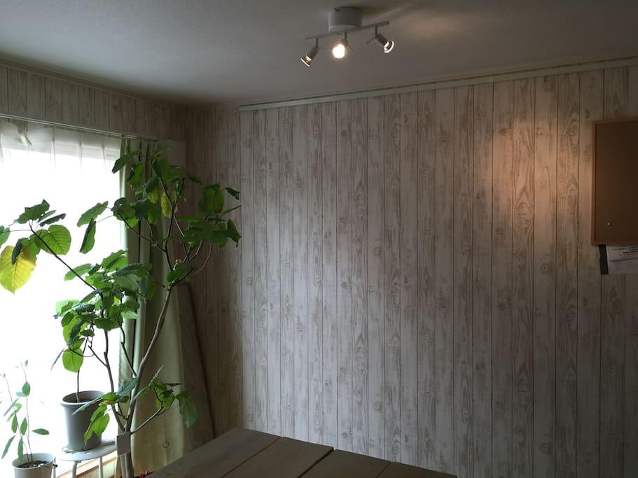 壁は木目調