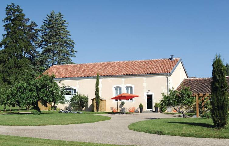 Holiday cottage with 3 bedrooms on 180 m² in Burie