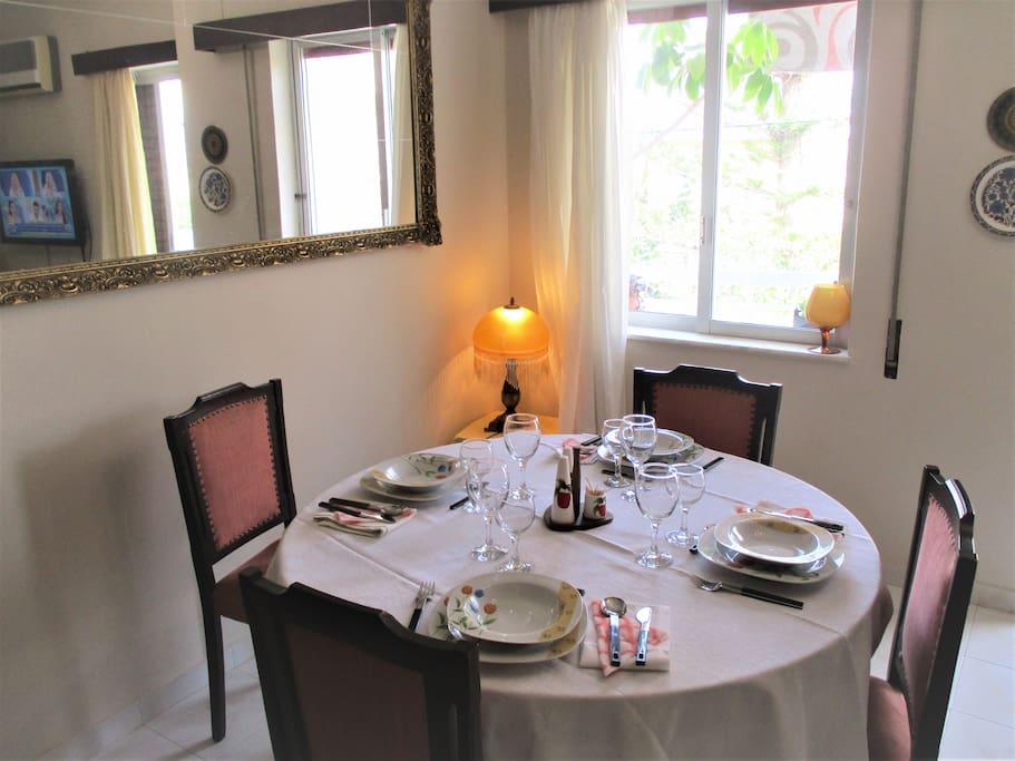 Οβαλ τραπεζαρία όπου μπορούν να δειπνήσουν άνετα 6 άτομα
