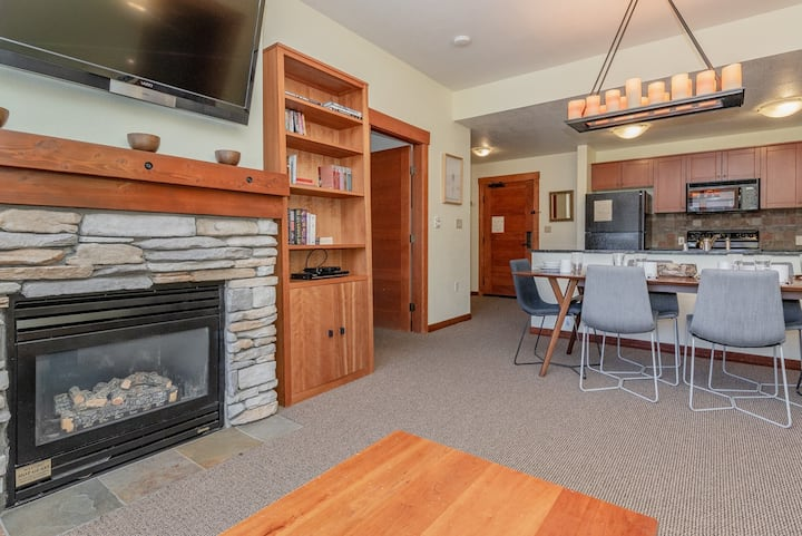 Tasteful Top floor Condo with Lodge amenities, just steps to shopping and dining