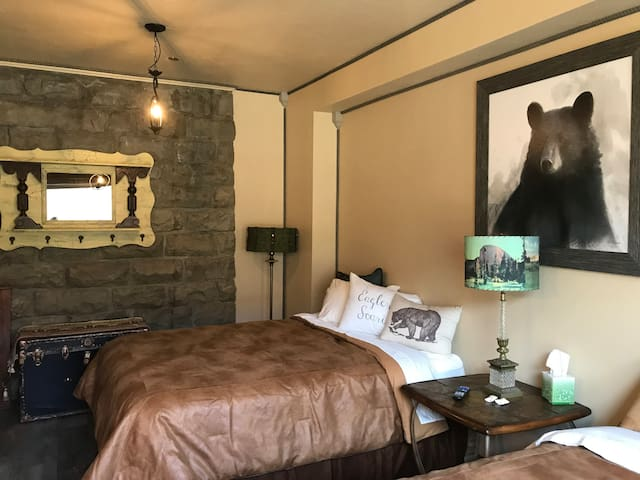 ParkHotelYellowstone Private 2 Queen 1 Bath Rm 103