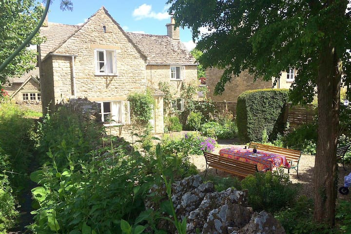 Charming Cotswold stone cottage with open fire, in an idyllic Cotswold village setting within a short walk to the village pub