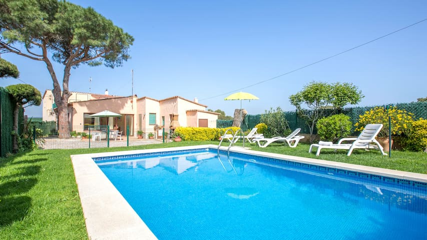 Villa for 6 people with swimming pool and parking.