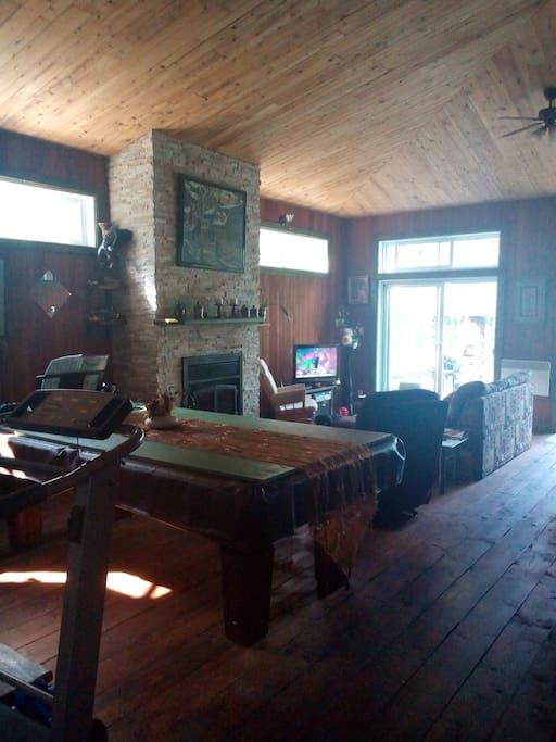 Salon, living room, divan-lit, Wood fire,pool table or big dining room Table de billard ou pingpong Ou à manger,