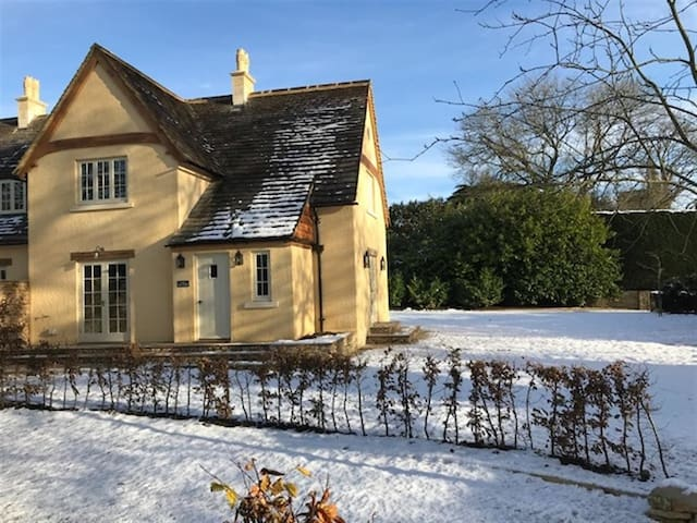 THE RECTORY, pet friendly, with open fire in Tetbury, Ref 988641