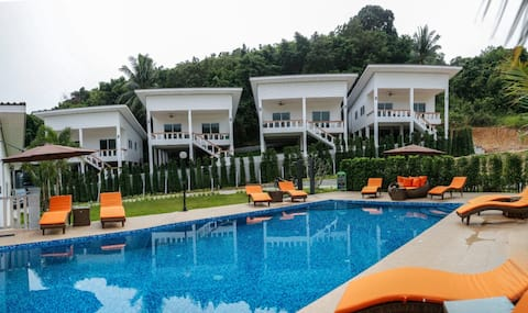 1-Bed house near the pier. Swimming pool and gym