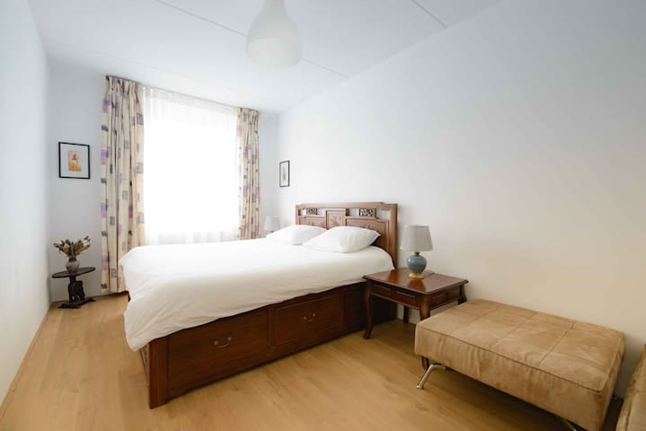 Large private room. Great transport links.