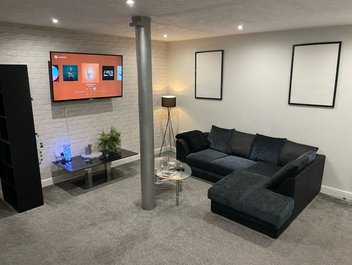 HUGE CITY CENTRE APARTMENT FOR LONG STAYS