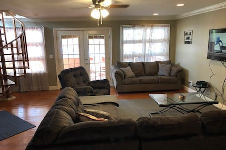 Spacious 3 Oaks Townhouse with pool