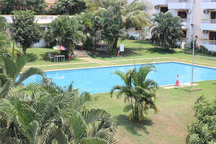 Hill View 1bhk apartment with pool, Candolim
