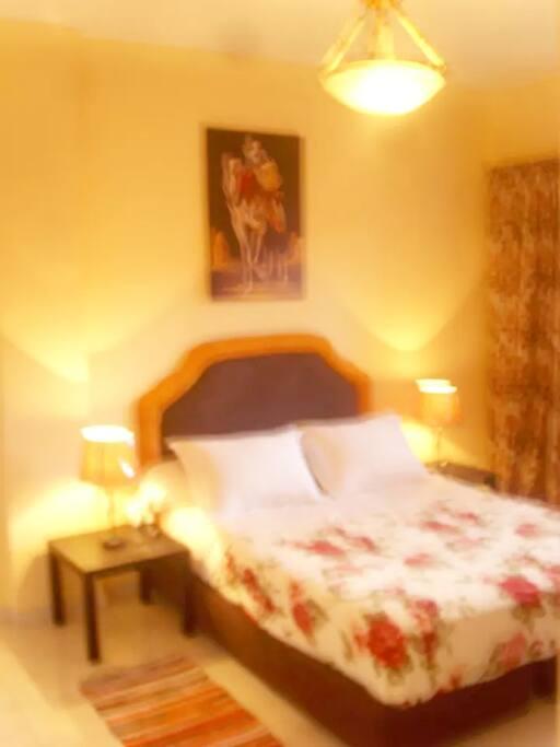 Chambre avec lit double, un fauteuil, Placard et balcon panoramique.