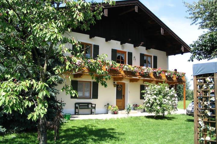 Komfortable Ferienwohnung mit herrlichem Blick auf die Alpen nahe am Chiemsee