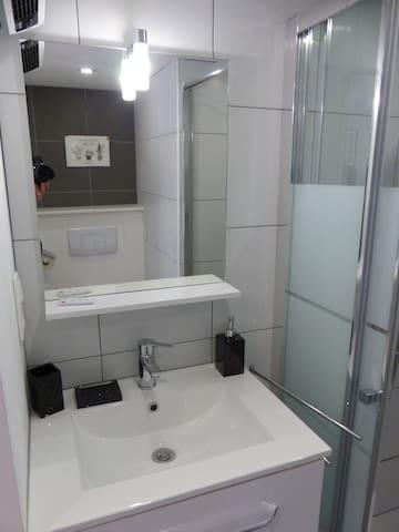 petite salle d'eau fonctionnelle
