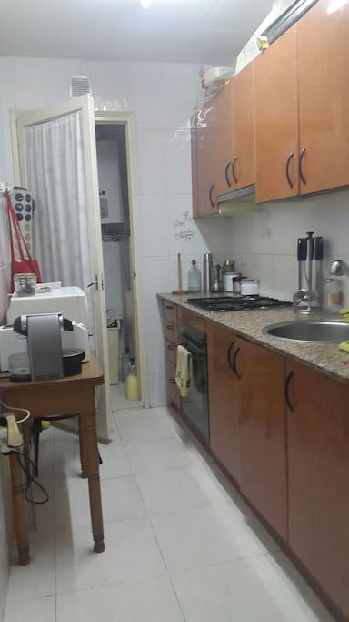 Cocina equipada con Horno Microondas Cafetera de cápsulas Tostadora Encimera a Gas Frigorífico Utensilios para cocinar y Comer