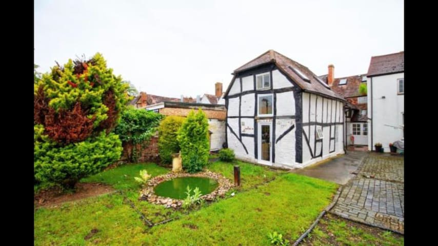 Lovely Barn Conversion in Central Evesham