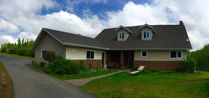 Close to Edmonton 5 beds on 7 acres